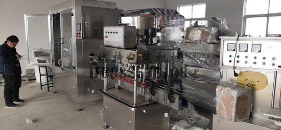 格特技术人员正在调试全自动罐装生产线