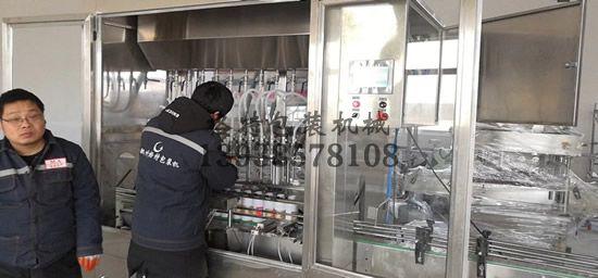 技术人员调试罐装生产线